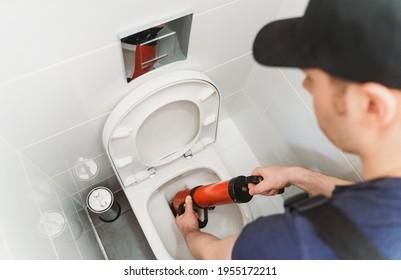Toilette en plomberie avec nettoyeur à pompe à force professionnel.