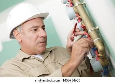 Klempner bei der Installation eines Wasserzählers