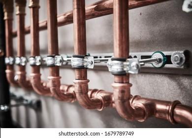 Servicio de fontanería. tubería de cobre de un sistema de calefacción en una caldera