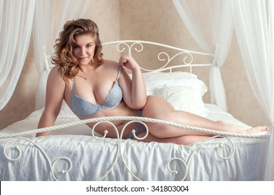 plus size girl in lingerie on the bed
