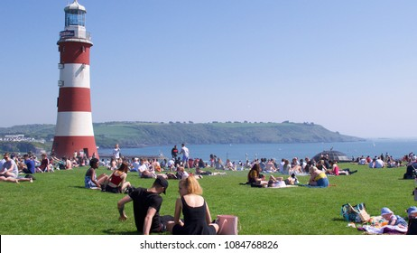 Plymouth, Devon, UK 05/06/2018 Unusually hot weather for the early May Bank holiday weekend. people enjoying the hot weather at Plymouth Hoe, Devon, UK