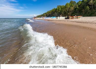 Pobierowo,Zachodnio-pomorskie/Polska – Sierpień, 29, 2020:Parawan ochraniający wypoczywających nad morzem. Ludzie korzystający z plaży nad morzem. Pora roku lato.