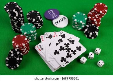 Jeu de poker avec ensemble de chips, dés et carte à jouer sur fond vert
