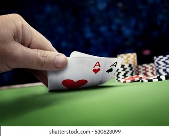 poker player in online casino table