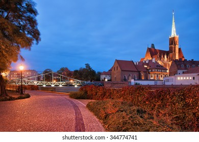Poland, city of Wroclaw, Ostrow Tumski at night from boulevard on Sand Island.