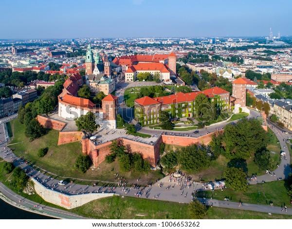 Polen. Skyline-Panorama der Krakauer Altstadt mit Wawel Hill, Kathedrale, Royal Wawel Castle, defensive Mauern, Park, Promenade und nicht erkennbare Geher.