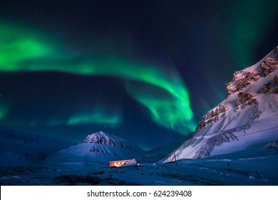 The polar Northern lights in the mountains house of Svalbard, Longyearbyen city, Spitsbergen, Norway wallpaper