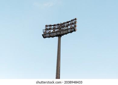 Pole mit Scheinwerfern in einem Sportstadion.
