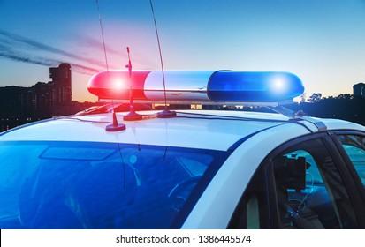 Polizeiwagen auf der Straße, Nahaufnahme