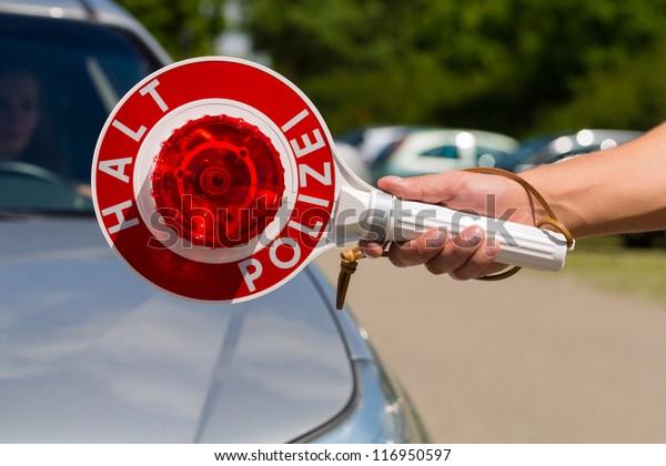 Polizei - Polizist oder Polizist in einem einheitlichen Stoppauto in der Verkehrskontrolle