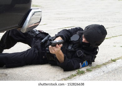 spaci�¡ln� police units lying on the ground with a gun in his hand