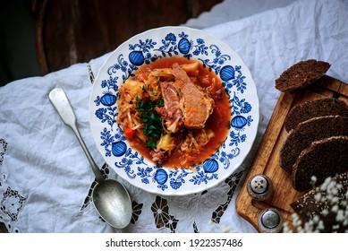 Soupe polonaise de choucroute avec saucisse Kapusniak. Plat polonais traditionnel... mise au point sélective