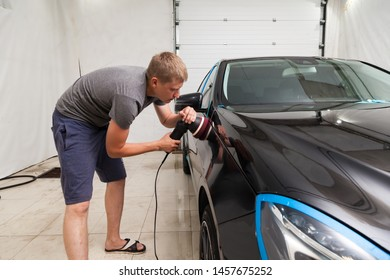 The polisher polishes the body of the vehicle with special wax to protect the car from minor scratches and damage, using a polishing eccentric machine to cover black fender after washing. Auto service