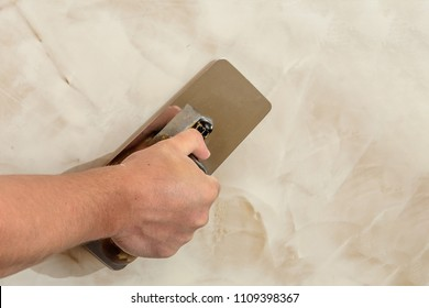 polishing the Venetian plaster on the wall master