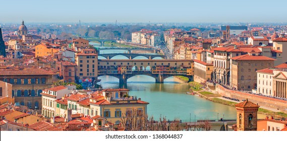 Ponte Vecchio über dem Fluss Arno in Florenz, Italien