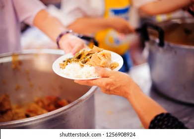 Poor people receiving food from donations : the concept of social sharing