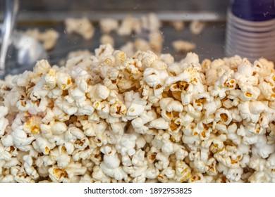 Popcorn in a popcorn maker