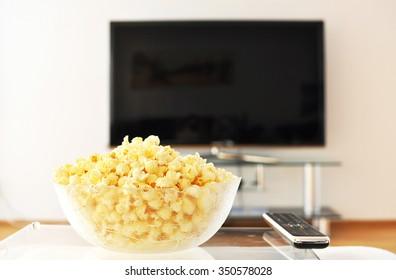 Pop-Corn und Fernbedienung auf Fernseher