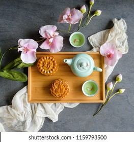 Popular Chinese pastries eaten during the Mid-Autumn Festival / Traditional Chinese Mooncake / Mooncake comes in many flavors, red bean and lotus paste and egg yolk. Chinese words is white lotus paste