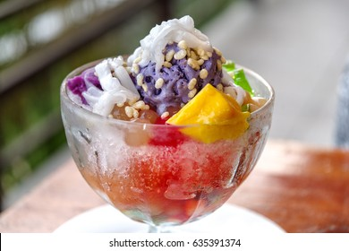 popular Filipino dessert Halo-halo
