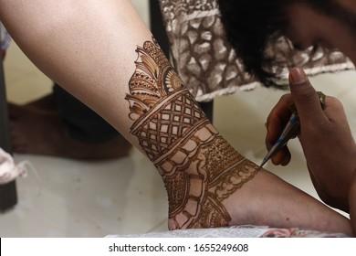 Popular Mehndi Designs making on leg or Leg painting / drawing with Mehandi  Indian traditions
