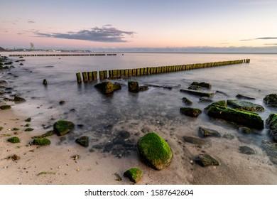 poranek nad morzem, słońce i chmury - Shutterstock ID 1587642604