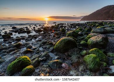poranek nad morzem, słońce i chmury - Shutterstock ID 1587642607