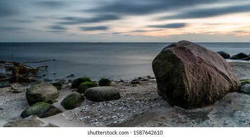 poranek nad morzem, słońce i chmury - Shutterstock ID 1587642610