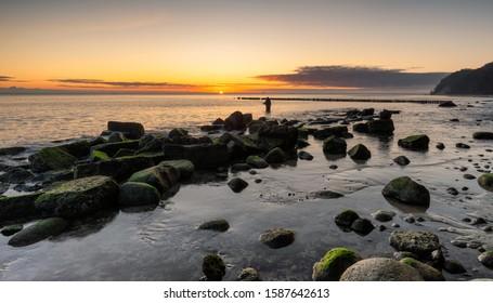 poranek nad morzem, słońce i chmury - Shutterstock ID 1587642613