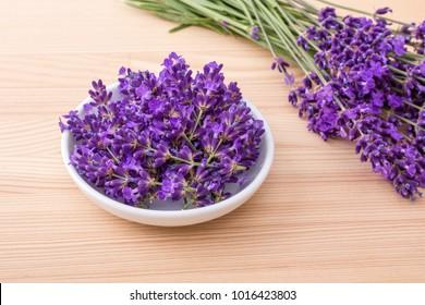 Porzellanschüssel mit Lavendelblüten und Bouquet mit Lavendel