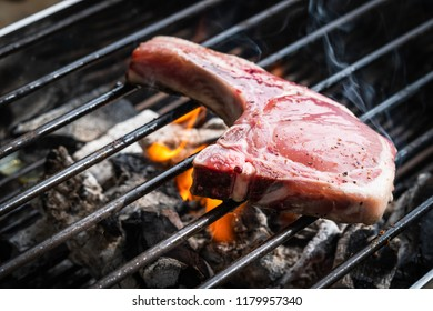 Pork is grilled on the grill.