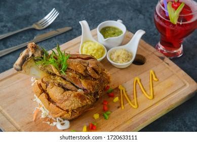 Schweinekoteletts auf Deutsch mit Saucen leckeres Essen