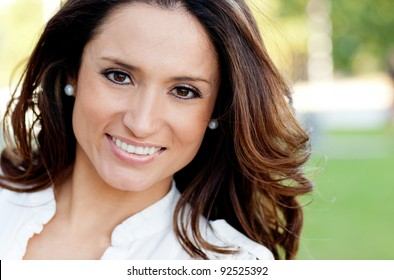 Porrait of a beautiful woman smiling outdoors
