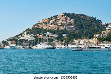 Port d'Andratx, Mallorca, Spain. 20th February 2019. Hillside houses overlooking the luxury yachts moored at the Club De Vela Marina as seen from across the bay at Port d'Andratx, Mallorca, Spain.