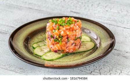 Partie du tartare de saumon en gros plan