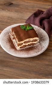 Partie du dessert italien du tiramisu sur fond bois