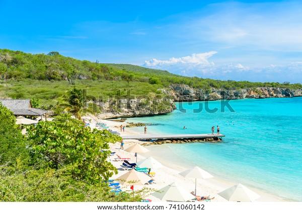 Porto-Marie-Strand - weißer Sandstrand mit blauem Himmel und kristallklarem Wasser in Curacao, Niederländische Antillen, eine karibische Insel