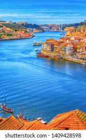 Porto, Portugal Altstadt Rimbeira Luftpromenade Blick mit bunten Häusern, Douro Fluss und Boote