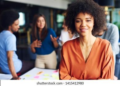 Porträt afrikanischer Geschäftsfrau, die auf diesem Geschäftstreffen führend ist