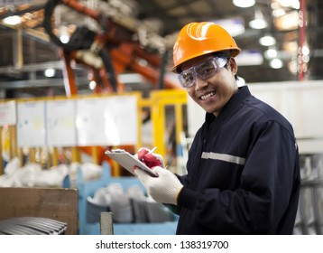 Portrait asiatischer Ingenieur lächelt auf Ihrer Kamera