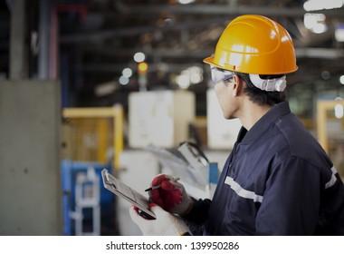 Porträt asiatischer Ingenieure in der Fabrik