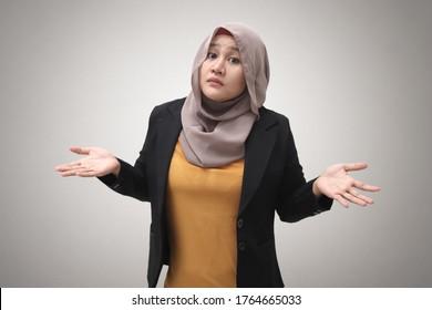 Portrait von asiatischen Molim-Geschäftsfrau mit Hijab zeigt Ablehnung oder Verleugnung Geste, Schulterzucken, ich weiß nicht, Ausdruck