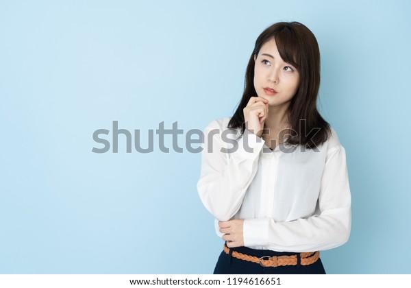 青の背景にアジアの魅力的な女性のポートレート