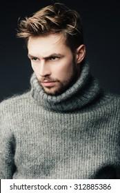 Porträt eines attraktiven jungen Mannes mit Bart im Studio