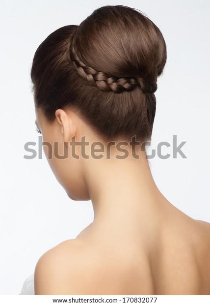Porträt einer attraktiven jungen Frau mit schöner Hochzeitshaar mit Stress, Rückblick