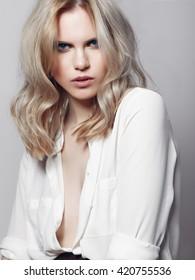 Porträt einer schönen blonden Frau