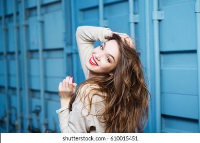 Portrait eines schönen Brunetteys auf blauem Hintergrund