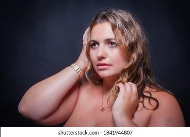 Porträt einer schönen fetten Frau mit großen Brüsten. Übergewicht des blond-Modells.