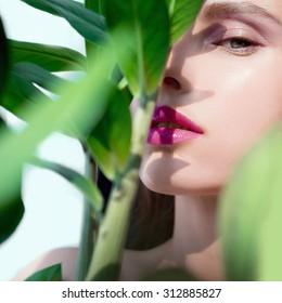 Portrait eines schönen Mädchens, das aus den Greens schaut