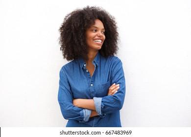 Portrét krásné šťastné černé ženy stojící se zkříženýma rukama